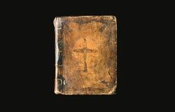 在黑背景的古色古香的书 与哥斯达黎加的古老圣经 免版税库存图片