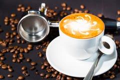 在黑背景的后咖啡杯和豆 免版税库存图片