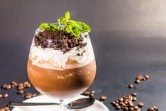在黑背景的咖啡杯Bunsi和豆 免版税库存照片