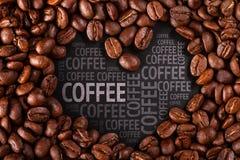 在黑背景的咖啡豆特写镜头 免版税库存照片