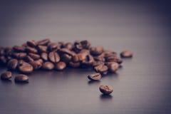 在黑背景的咖啡豆 升空咖啡豆 成颗粒状的产品 热的饮料 关闭 收获 自然本底 免版税图库摄影