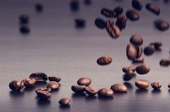 在黑背景的咖啡豆 升空咖啡豆 成颗粒状的产品 热的饮料 关闭 收获 自然本底 免版税库存图片