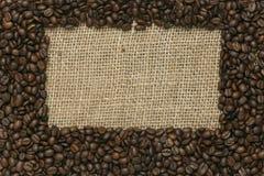 在黄麻背景的咖啡豆 库存照片