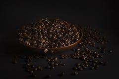 在黑背景的咖啡豆 免版税库存图片
