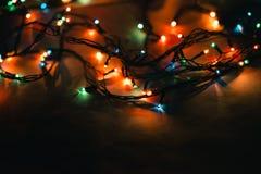 在黑背景的圣诞灯 免版税库存照片