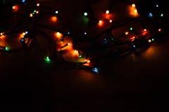 在黑背景的圣诞灯 免版税图库摄影