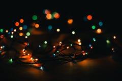 在黑背景的圣诞灯 库存照片