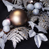 在黑背景的圣诞节装饰。发光的金子和glitt 免版税库存图片