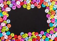 在黑背景的多彩多姿的按钮 免版税图库摄影