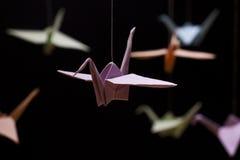 在黑背景的多彩多姿的Origami起重机 免版税库存照片
