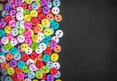 在黑背景的多色的按钮 免版税库存照片