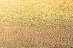 在水背景的太阳火光 库存图片