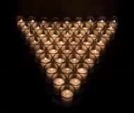 在黑背景的奉献的烛光 免版税库存图片