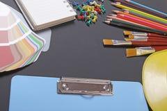 在黑背景的学校用品 免版税库存照片