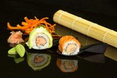 在黑背景的寿司 免版税库存照片