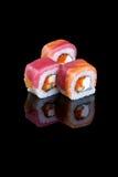 在黑背景的寿司用乳酪费城和tobiko 库存图片