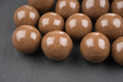 在黑背景的巧克力球 库存照片