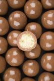 在黑背景的巧克力球 免版税库存照片