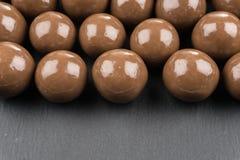 在黑背景的巧克力球 免版税库存图片
