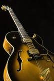 在黑背景的弧htop吉他 免版税图库摄影