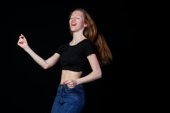 在黑背景的快乐的微笑的女孩棕色头发 免版税库存图片