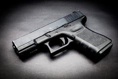 在黑背景的手枪 免版税库存图片