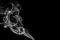 在黑背景的抽象烟在演播室 免版税库存照片