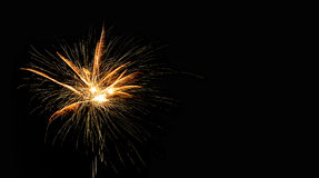 在黑背景的抽象烟火的发光的爆炸 烟花风景 一刹那金黄 节日卡片设计 库存照片