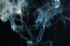 在黑背景的抽象烟 背景乌云烟动荡 使backgrou变暗 免版税图库摄影