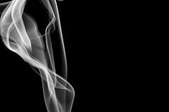 在黑背景的抽象白色烟 图库摄影