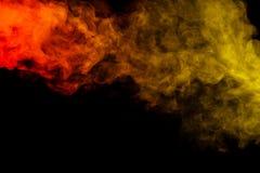 在黑背景的抽象红色和黄色烟水烟筒 库存照片