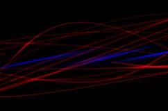 在黑背景的抽象,红色和蓝线 免版税库存图片