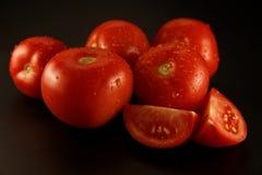 在黑背景的新鲜的蕃茄 免版税库存照片