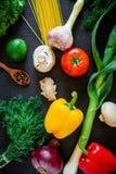 在黑背景的新鲜蔬菜 顶视图 平的位置 健康,饮食或者素食主义者食物概念 免版税库存照片