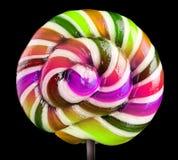 在黑背景的明亮的五颜六色的棒棒糖 免版税库存图片