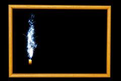 在黑背景的木框架蜡烛 免版税库存照片