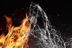 在黑背景的火和水元素 免版税库存图片