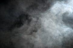 在黑背景的烟,云彩 免版税库存图片