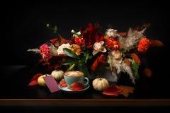 在黑背景的秋天花束与拷贝空间 免版税图库摄影