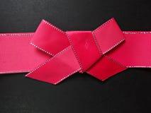 在黑背景的红色弓 免版税图库摄影