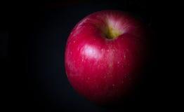在黑背景的红色苹果计算机 免版税库存照片