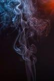在黑背景的美丽的烟-宏观照片 免版税库存图片