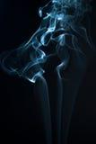 在黑背景的美丽的烟-宏观照片 库存照片