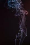 在黑背景的美丽的烟-宏观照片 图库摄影