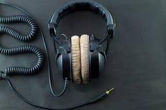 在黑背景的耳机 免版税库存照片