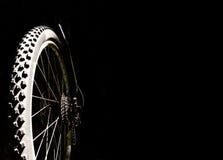 在黑背景的自行车车轮 库存照片