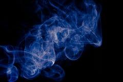 在黑背景的蓝色抽象烟设计 免版税库存图片