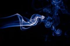 在黑背景的蓝色抽象烟设计 图库摄影