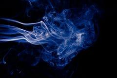 在黑背景的蓝色抽象烟设计 免版税库存照片