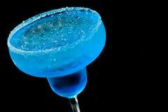 在黑背景的蓝色鸡尾酒特写镜头 图库摄影